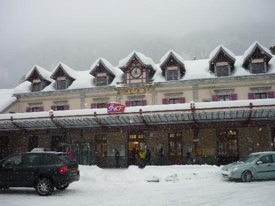 La Sapiniere: Chamonix station looking like a post card