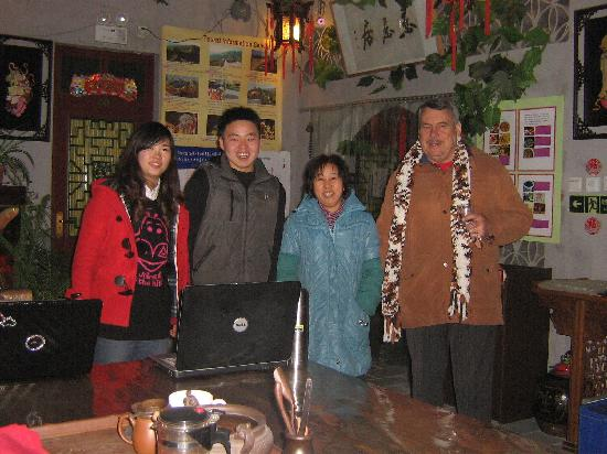 Quanzi International Youth Hostel: Evert and the staff at Back Home