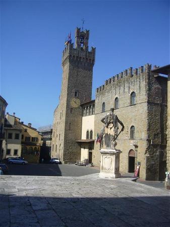 Piazza Grande : façade et tour