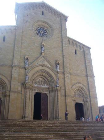Piazza Grande : entrée cathédrale