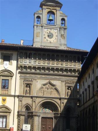 Piazza Grande : fronton église