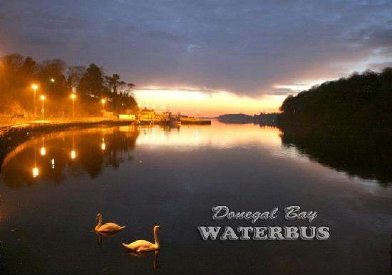 Donegal Town, İrlanda: The Donegal Bay Waterbus moored at twilight