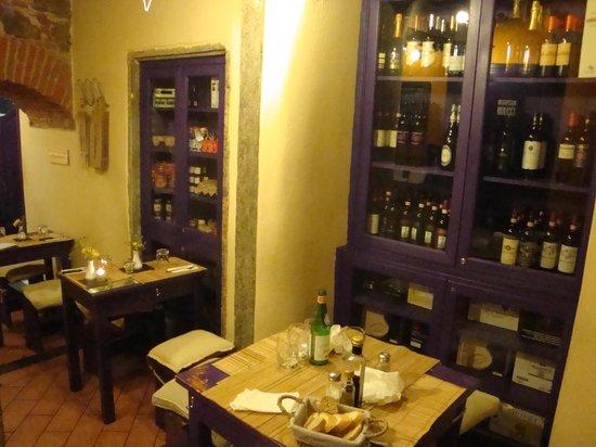 Mangiafoco Cafe : 店内。ちょっとせまい。