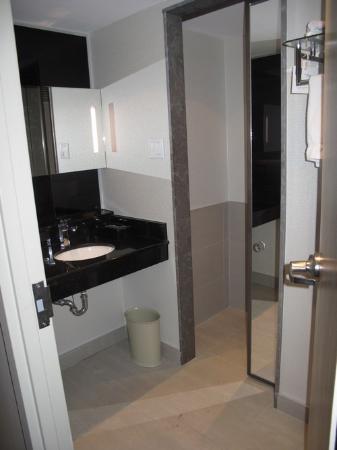 la toilette est derri re la porte miroir photo de novotel montreal center montr al tripadvisor. Black Bedroom Furniture Sets. Home Design Ideas