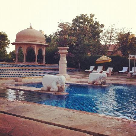The Oberoi Rajvilas: Piscina