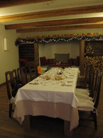 """Maison Tissiere hotel et cuisine: la sala """"colazione"""" allestita per capodanno 2010"""