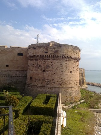 Taranto, Italie : Torrione lato città vecchia