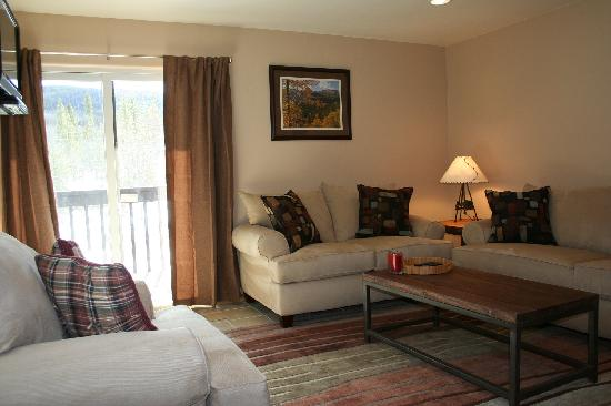 Mountainside Condos: Cosy living area