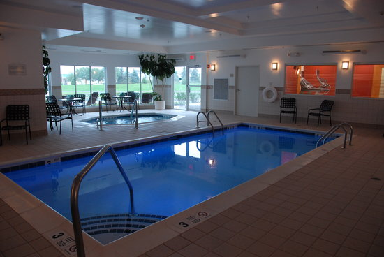 Hilton Garden Inn Riverhead: Indoor heated saltwater pool