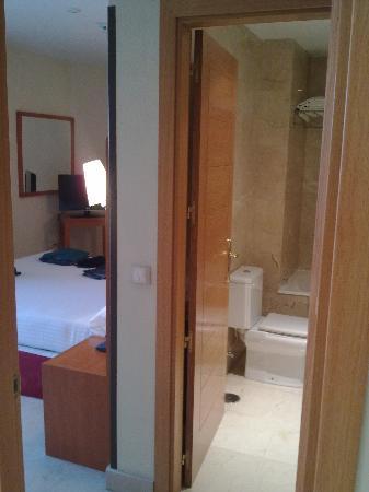 Exe Gran Hotel Almenar: Baño y dormitorios