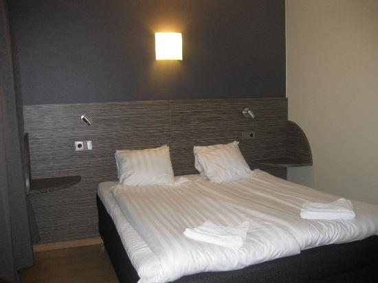 Arena Hotel : The double beds for the single rooms are very comfy