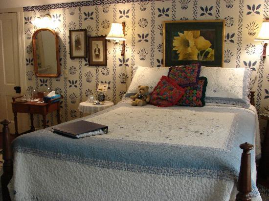 Wise Manor Bed And Breakfast: Ballauf's Room/queen bed