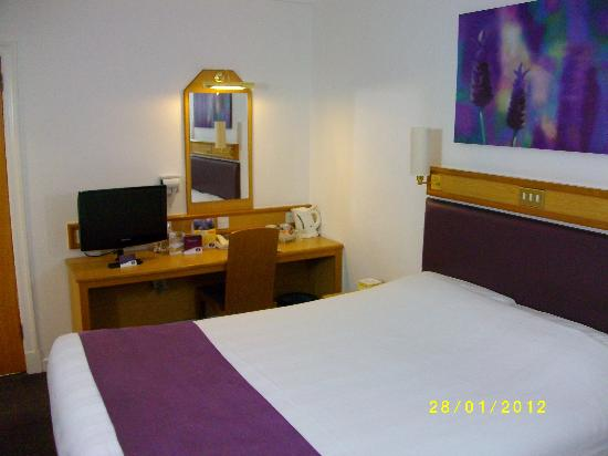 Premier Inn Edinburgh East Hotel: TV & Desk