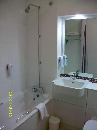 Premier Inn Edinburgh East Hotel: Bathroom