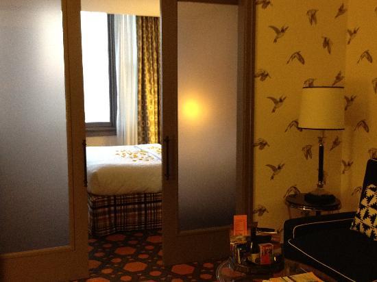 Kimpton Hotel Monaco Portland: Rose pedals on the bed