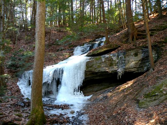‪‪Great Barrington‬, ماساتشوستس: Frozen Waterfall along Hickey Trail‬