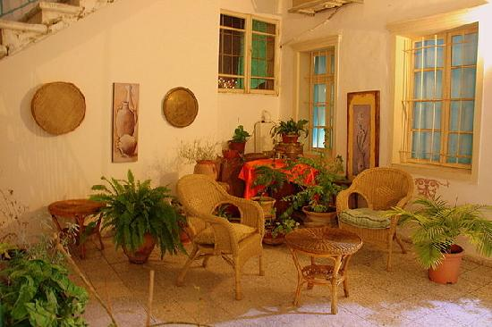 Al-Mutran Guest House: Outside lobby