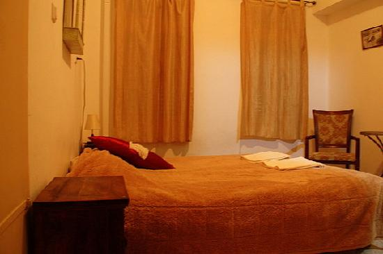 Al-Mutran Guest House: Room with bed