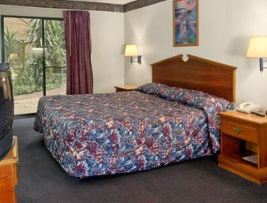 Atrium West Inn Hotel & Suites: Guest Room