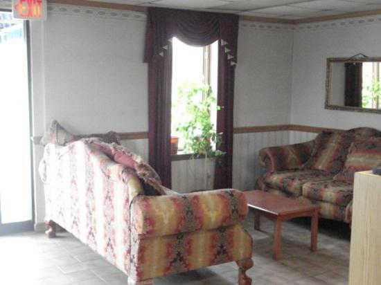 Stateline Inn Hagerstown: Lobby Sitting Area