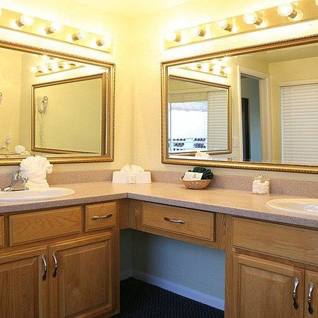 Ventura Resort: Master Bathroom