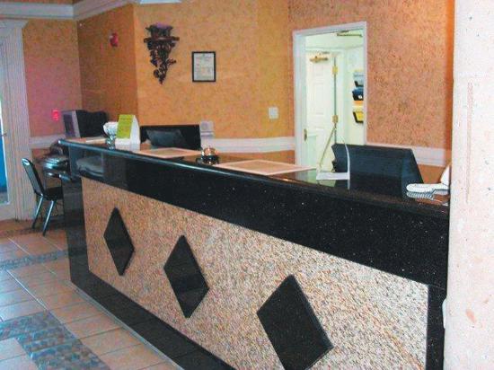 Deluxe 6 Inn & Suites: Front Desk