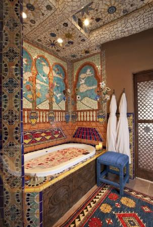Inn of the Five Graces: Mosaic Tub Area