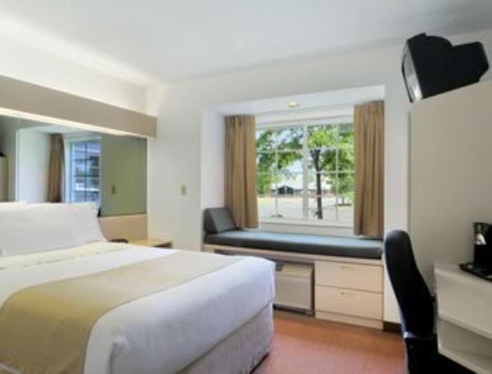 Microtel Inn & Suites by Wyndham Seneca Falls: Standard Queen Bed Room
