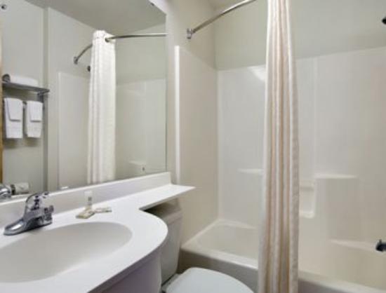 Microtel Inn & Suites by Wyndham Altus: Bathroom