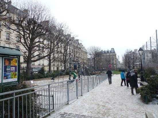 Hotel du Square d'Anvers: in the snow from the square