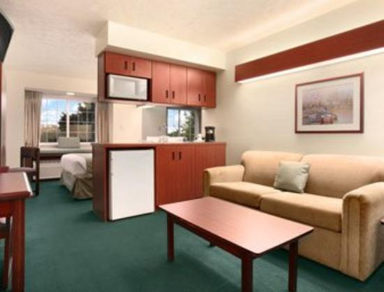 Microtel Inn & Suites by Wyndham Manistee: Suite