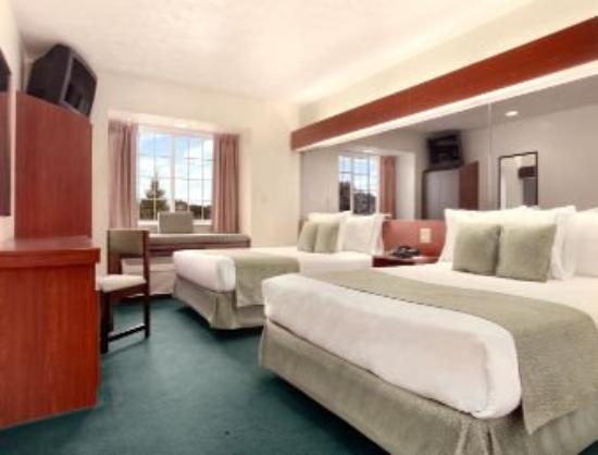 Microtel Inn & Suites by Wyndham Manistee: Standard Two Queen Bed Room