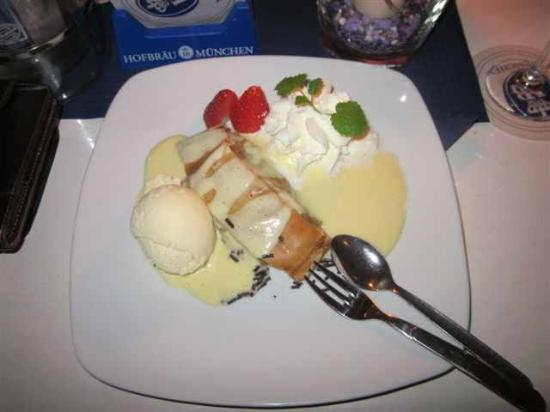 Tenne Blueberry Hill: Heisser Apfelstrudel mit Vanille-Sauce und Vanille Eis und frischer Erdbeere