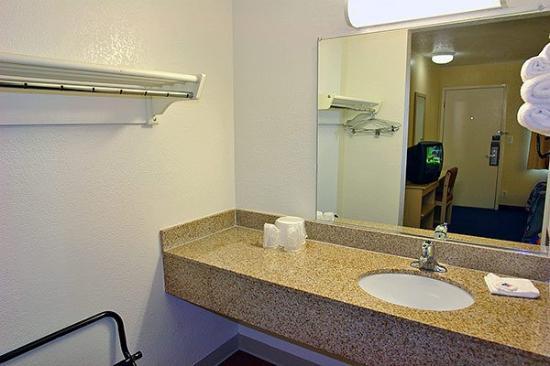 Motel 6 Washington DC SE - Camp Springs : Countertop Area