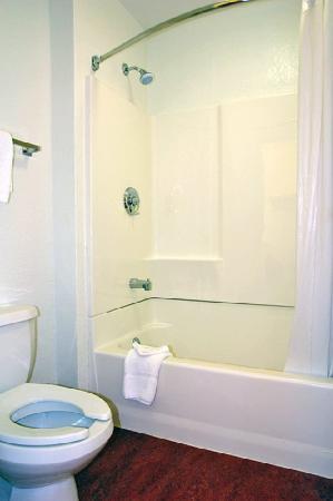 Motel 6 Washington DC SE - Camp Springs : Guest Bathroom
