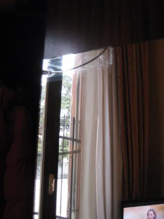 Le Boulevard Hotel: Broken wardrobe mirror
