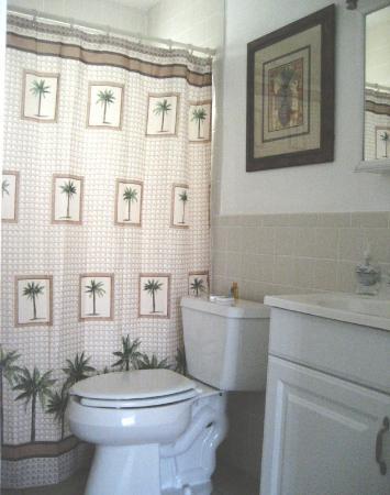 Pearl Beach Inn: Interior Bath Tub/Shower