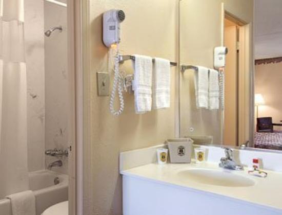 Super 8 Tifton: Bathroom