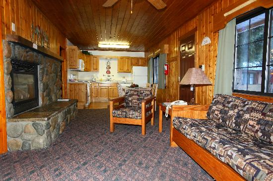 Copper King Lodge: Many units have full kitchens and fireplaces.