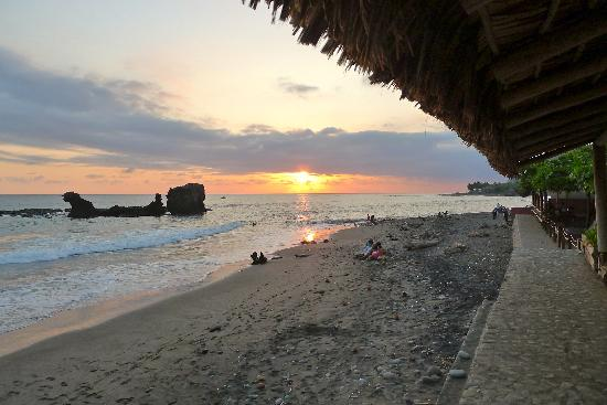 Roca Sunzal Hotel & Restaurant: Sunset from the beach in front
