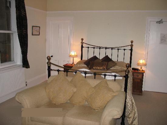Eastfield Lodge Guesthouse: Excellent bedroom with sofa