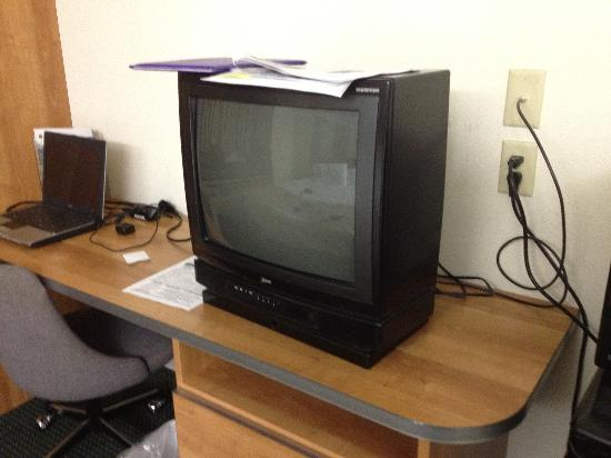 Knights Inn & Suites Allentown: Really? How old is this TV?
