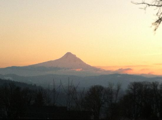 Inn of the White Salmon: Mt Hood at dusk
