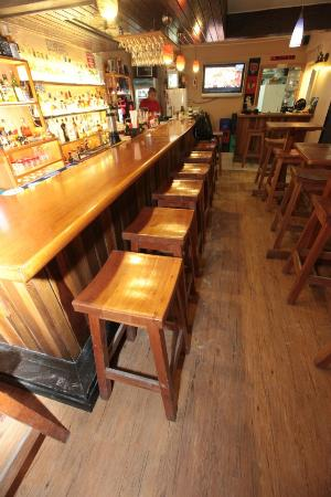 Lola's Pub & Grill : Looking down the bar