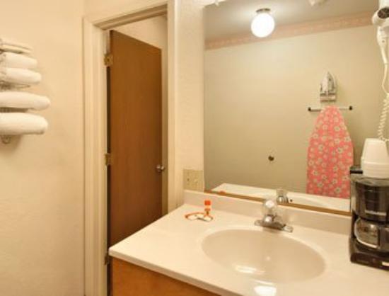 Lordsburg Super 8 Motel: Bathroom