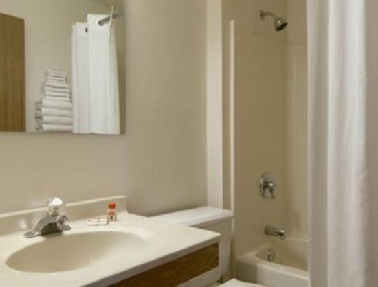 Super 8 Howe : Bathroom