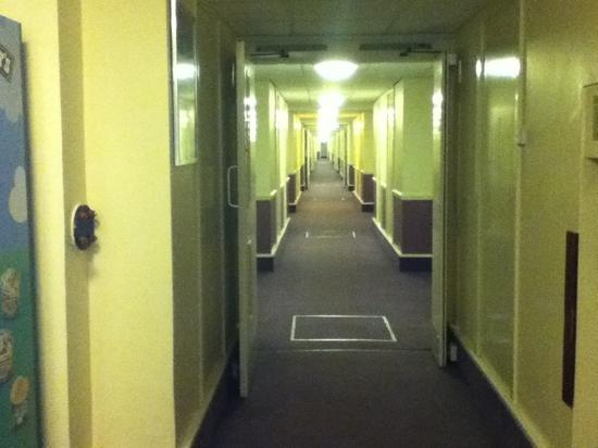 Premier Inn Carlisle M6 Jct44 Hotel : long corridor