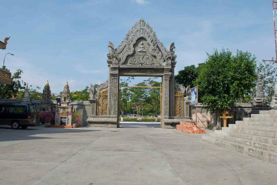 The main entrance gate to Wat Langka