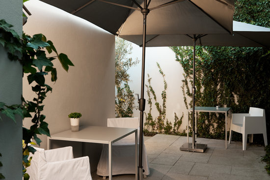 THE 4ROOMS: Cosy courtyard garden