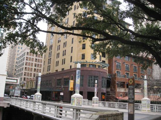 Embassy Suites by Hilton San Antonio Riverwalk-Downtown: hotel from riverwalk